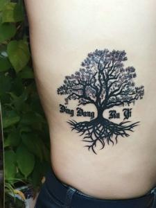 侧腰部个性树枝纹身图片很漂亮