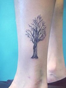 脚上茂盛开枝大树的个性纹身