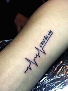 手臂一款个性的简单心电图纹身