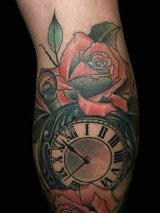 钟表与红玫瑰一起的美丽纹身图片