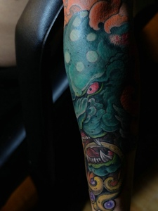 腿部个性彩色唐狮纹身图片