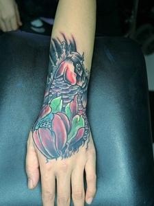 手背上的灵气小鲤鱼纹身