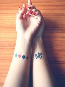 手腕上超级唯美的鸽子纹身