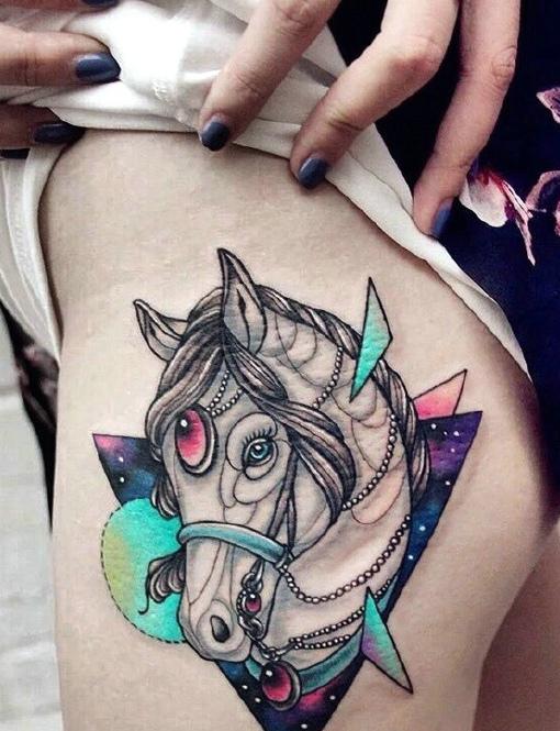 生肖马配上绚丽夺目的星空几何图形刺青