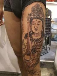 大腿部落的个性黑白观音纹身