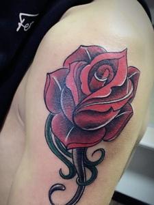 大臂时尚玫瑰花纹身图片特耀眼
