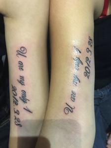 90后小情侣手臂内侧英文纹身
