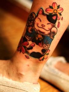 充满喜庆的招财猫腿部纹身图片