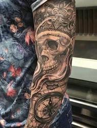 手臂上骷髅和钟表结合的个性纹身