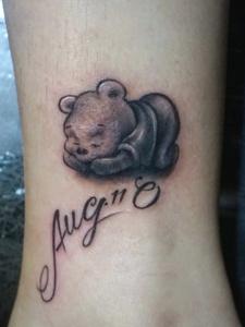 可爱小熊趴着安然模样刺青