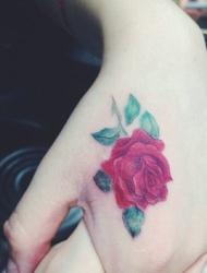 精致的虎口玫瑰花朵纹身唯美又好看
