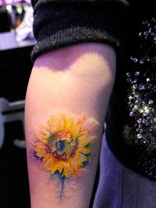 落在手臂的一朵向日葵纹身