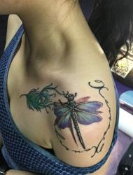 处在左侧肩膀的小蜻蜓纹身特别可爱