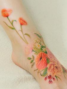 脚背上鲜美亮丽的花朵图案刺青