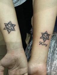 两个三角形拼成五角星的创意情侣纹身