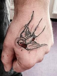 手背上有着自由飞翔的小燕子刺青