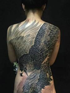 女生满背个性独特的大老鹰纹身图案