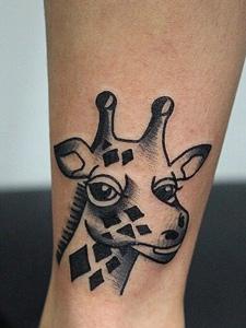 处在小腿部的可爱长颈鹿纹身图片