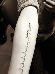 皙白的手臂外侧心电图纹身图片