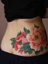 细腰美女腰部上有着唯美精致的花朵纹身