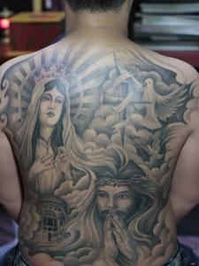 满背观音和男主肖像结合的纹身