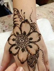 漂亮的手背有着漂亮的海娜纹身