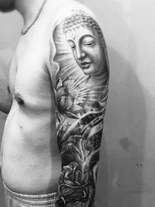 黑白手臂如来佛纹身图片很个性