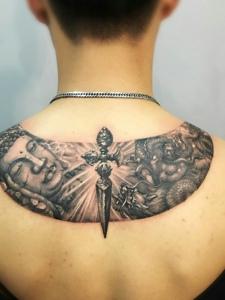 创意独特的后背如来佛纹身图片