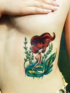 女生美乳下的性感美人鱼纹身图片