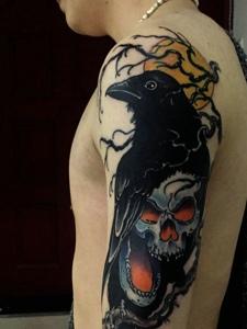 大臂乌鸦与骷髅结合的纹身刺青
