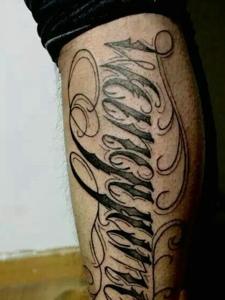 小腿部个性大花体英文纹身图片