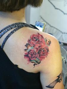 妖艳迷人的红玫瑰纹身图片