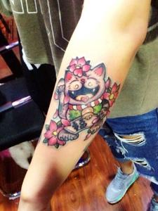 手臂外侧五颜六色的招财猫纹身图片