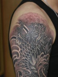 狂野吊炸天的大臂黑白纹身图案