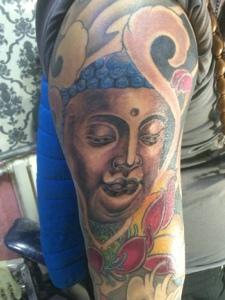 莲花与如来佛祖结合的花臂纹身图片