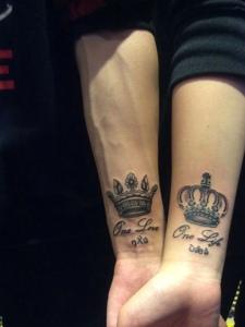 英文与皇冠一起的手腕情侣纹身图片