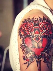 大臂炫丽无比的匕首穿心纹身刺青