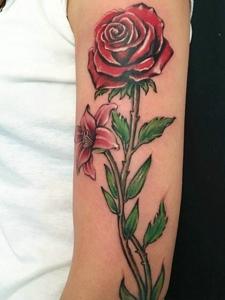 手臂一只玫瑰花纹身刺青向往着爱情