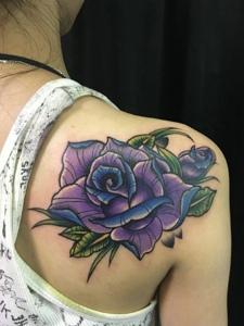 女生肩膀下的紫色玫瑰花纹身图片
