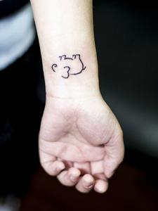 简单线条勾勒的小象纹身图案