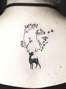 可爱的梅花鹿后颈纹身