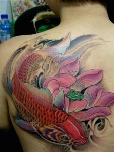后背莲花与红鲤鱼结合的纹身图案