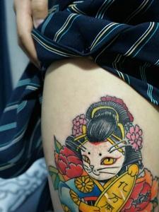 大腿部外侧一只可爱花妓猫纹身图片