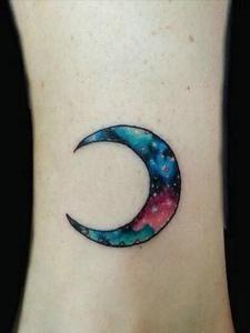 小腿部弯弯的炫丽月亮纹身图片