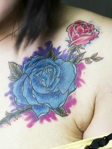 女生锁骨部的性感玫瑰花纹身图片