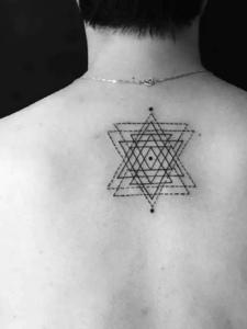 混合重叠的几何三角形背部纹身图案