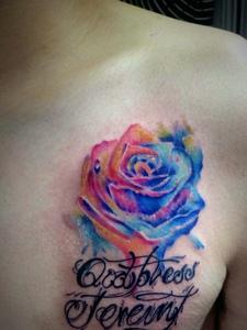 胸口上的玫瑰与英文一起的纹身刺秦