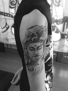 手臂黑白佛像纹身刺青值得拥有