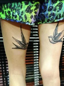 双腿部互相凝望的小燕子纹身图片