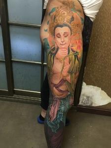 臀部到腿部的彩色女观音纹身刺青